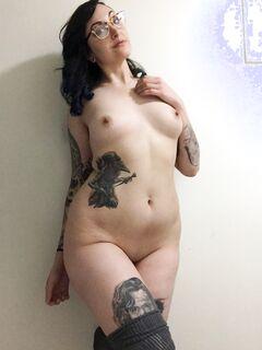 Брюнетка с татуировками оголяет окрепшие сосочки - секс порно фото