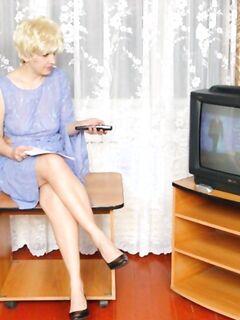Ненасытная блондинка страстно трахается с белым и негром
