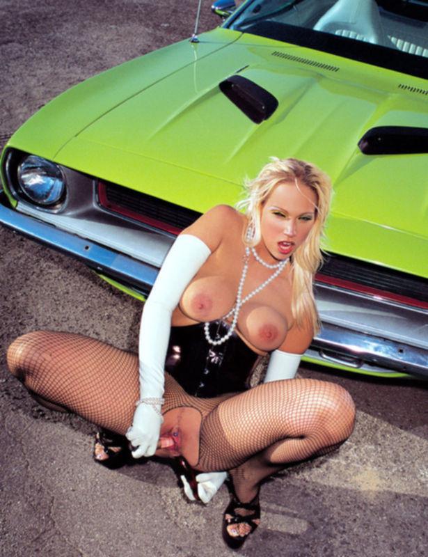 Блондинка в автомастерской