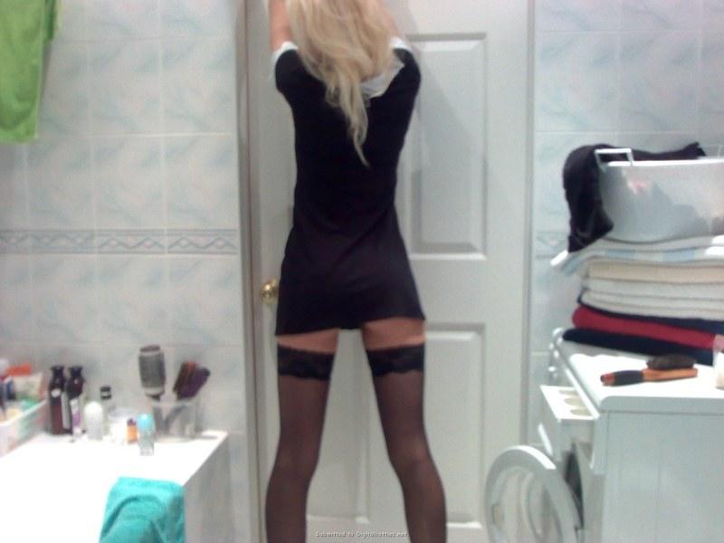 Красоточка-блондинка в душе - домашние эротические фото