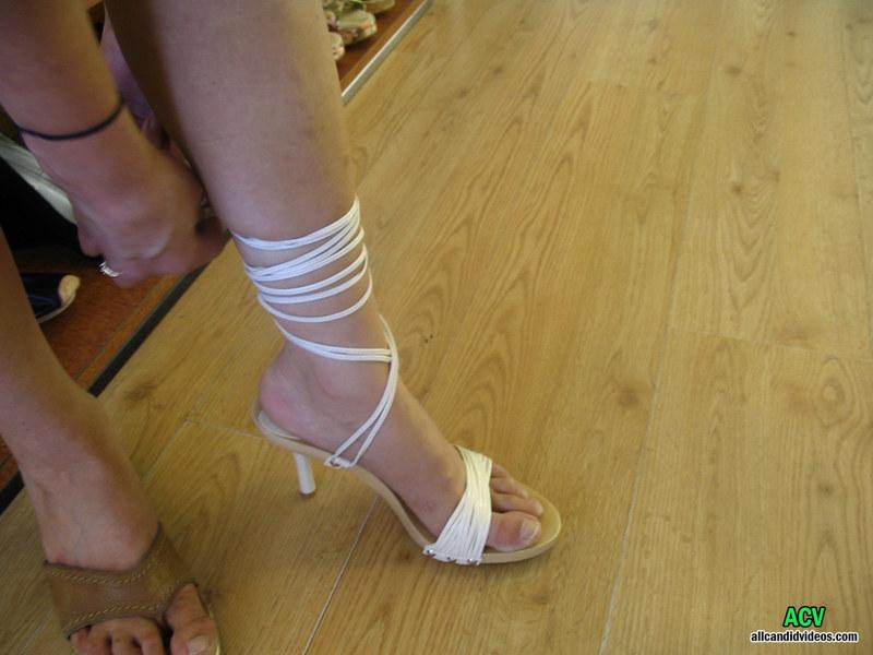 В магазине женской обуви
