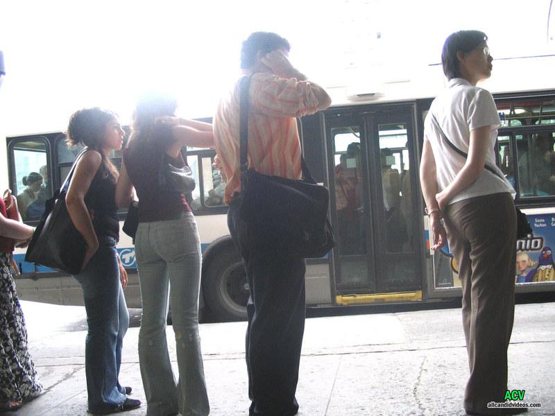 На автобусной остановке