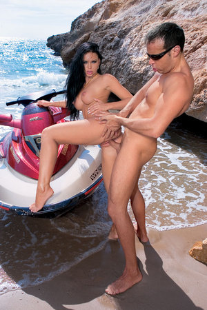 На пляже в задницу