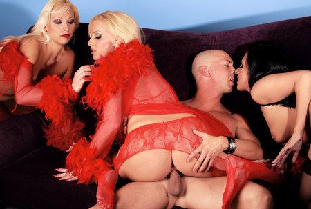 Анал с тремя девками