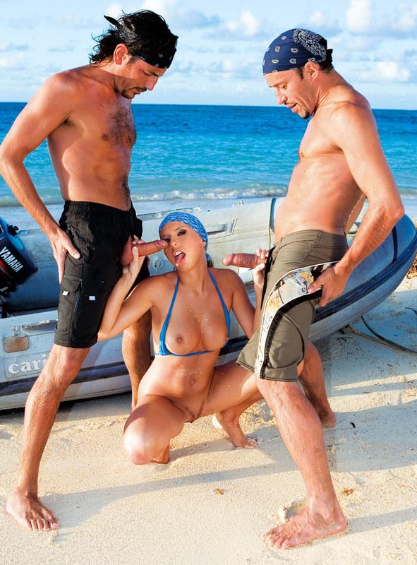 Пляжница любит двойное проникновение