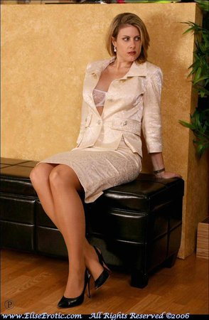 Блондинка в костюме и нейлоне