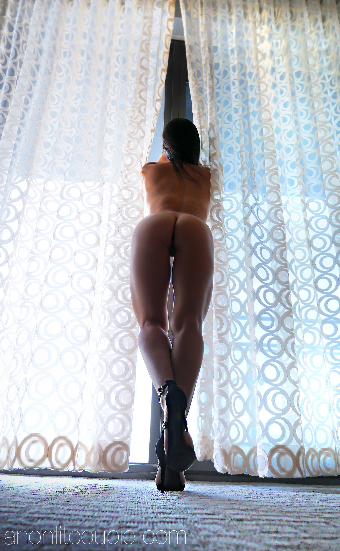 Оголенные сучки с анальной пробкой в жопах - секс порно фото