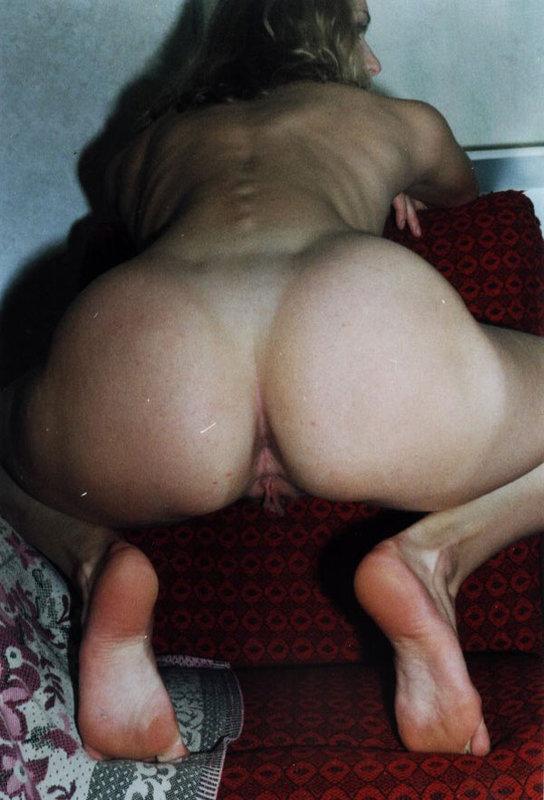 Брюнетка с мохнатой писей мастурбирует самотыком - секс порно фото