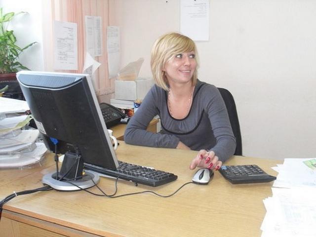 После работы в офисе блондинка оголяет перед зеркалом маленькие титьки - секс порно фото