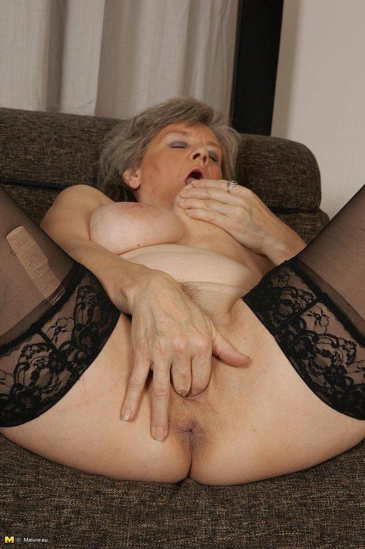 Старуха В чулках, Бикини решила помастурбировать киску игрушкой - секс порно фото