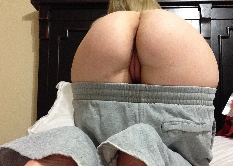 Грудастая мамаша засветила киску и засунула в нее секс игрушку - секс порно фото