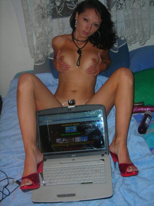 Шалашовка взяла в рот хуй и поимела себя во влагалище - секс порно фото