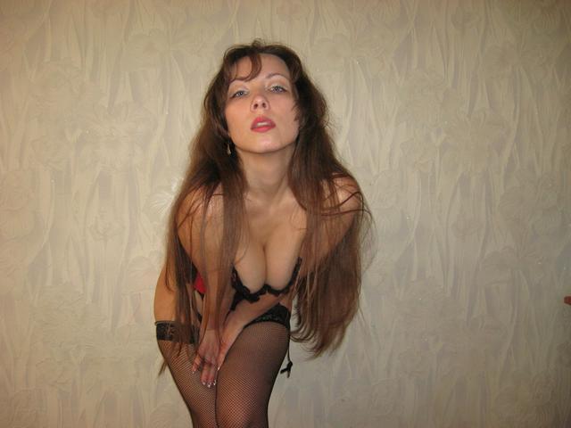 Давалка засунула плетку в пизду, а затем уселась ею на пенис - секс порно фото