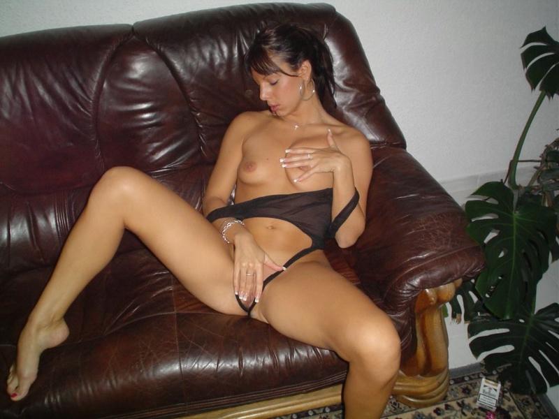 Смуглая жена садится на бутылку и дрочит дилдаком - секс порно фото