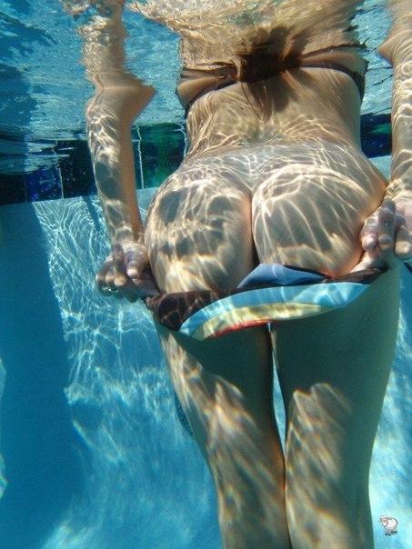 Красотки показывают попки и затыкают их секс игрушками - секс порно фото