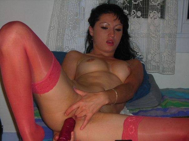Чикса задрала джинсовую юбку и засунула фаллоимитатор в анальную дырку - секс порно фото