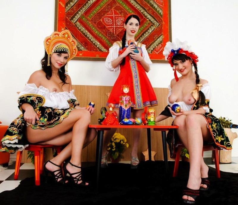 Русские красавицы засовывают матрешки в анальные дырки - секс порно фото