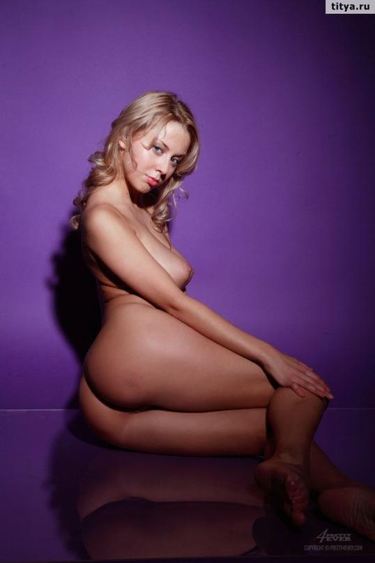 Русская блондинка выложила сессию эротики и сессию мастурбации в сети - секс порно фото