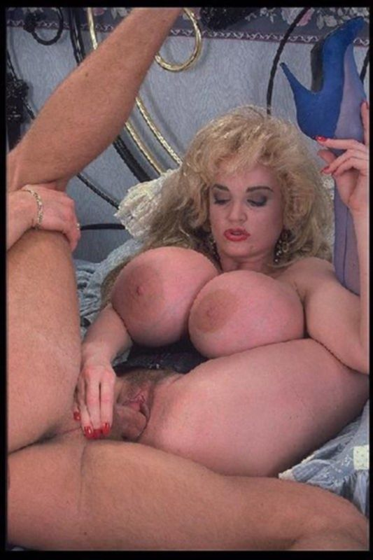 Отжиг в стиле семидесятых - парень жарит блондинку с огромными дойками!
